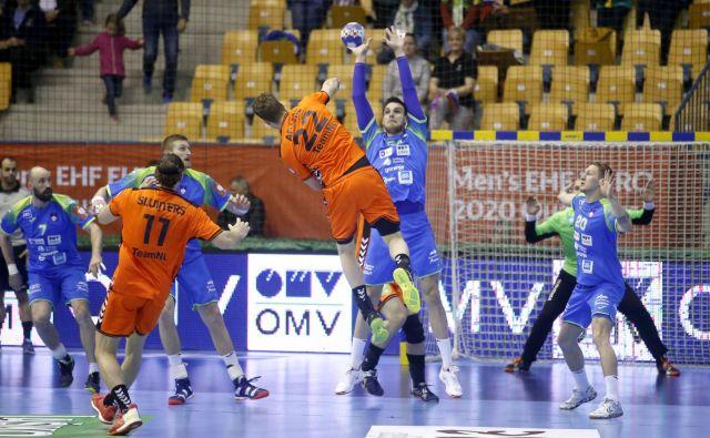 Takole se je proti Nizozemcem boril Borut Mačkovšek. FOTO: Roman Šipić/Delo