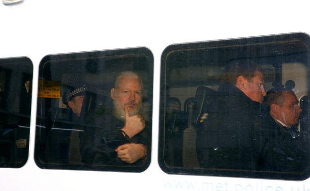 Julian Assange je po skoraj sedmih letih v rokah britanske policije. FOTO: Henry Nicholls/Reuters