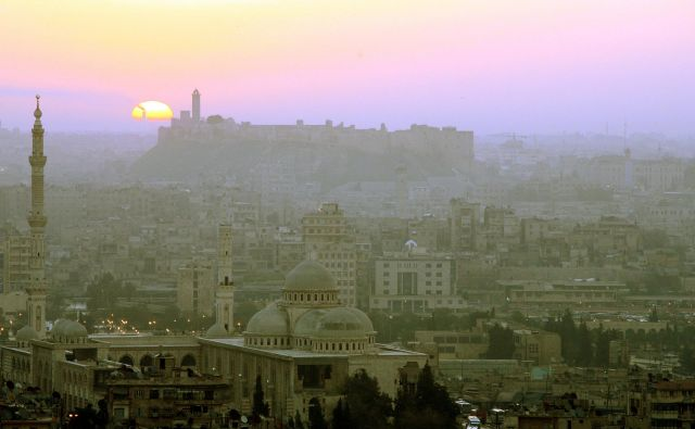 V knjigi se pesnik in založnik Mohamad Al Munem spominja, kako živahno je bilo nekoč intelektualno dogajanje v Alepu. FOTO: Reuters