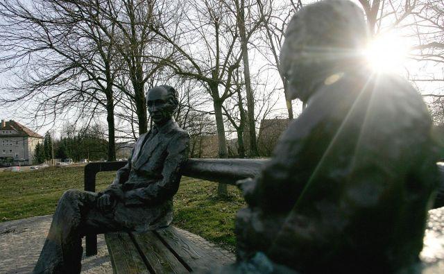 Tomaž Šalamun je bil globoko osramočen zaradi nezaslišane gonje, ki so jo Kocbeku (na fotografiji njegov kip) uprizorili za sedemdeseti rojstni dan. FOTO: Marvric Pivk