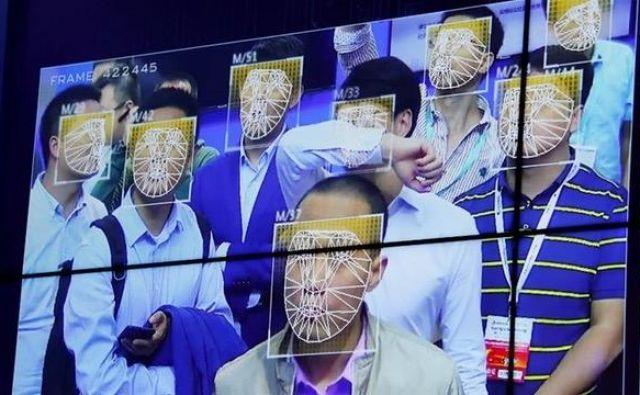 Policija v kitajskih mestnih središčih uporablja opremo za prepoznavanje obraza, katere program je prirejen ločevanju Ujgurov od Neujgurov. FOTO: Reuters