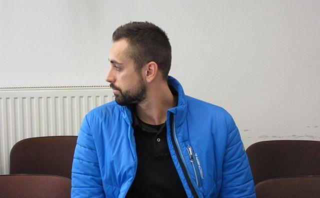 Anže Jelen, ki na sojenje prihaja iz pripora, se je sprva s tožilstvom pogajal o priznanju krivde, a do dogovora ni prišlo. FOTO: Š. K.