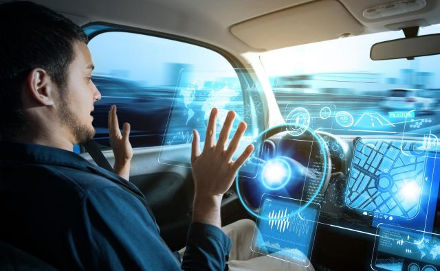 V prometu bodo še nekaj časa sobivali živi in virtualni vozniki. FOTO Shutterstock