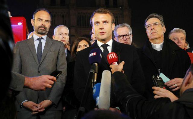 Francoski predsednik Emmanuel Macron je skušal potolažiti narod z besedami, dabodo s skupnimi močmi obnovili katedralo. FOTO:<br /> Philippe Wojazer/AFP
