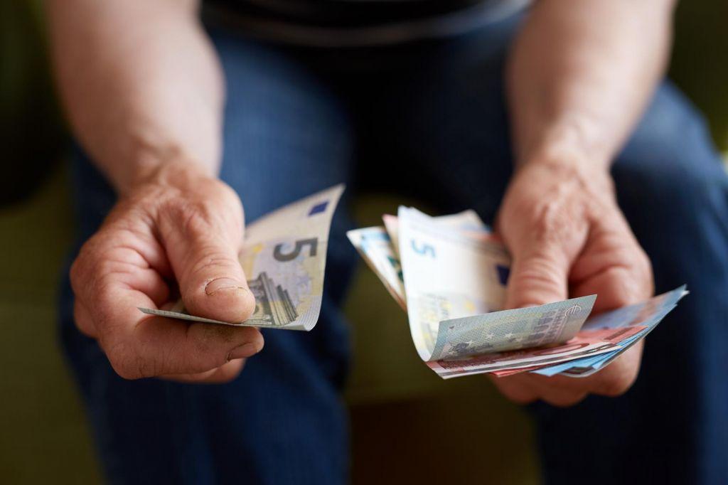 Povprečna neto plača za februar presegla 1100 evrov in realno višja kot leto prej