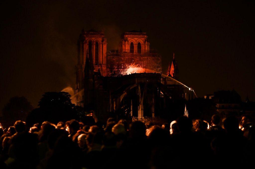FOTO:Struktura Notre Dame rešena, en gasilec hudo poškodovan