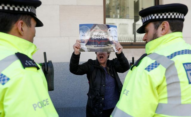 Podpornica Assangea pred westminstrskim sodiščem prejšnji četrtek. FOTO: Peter Nicholls/Reuters