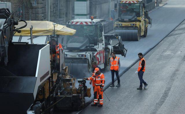 V Stuttgartu so ceste začeli asfaltirati z granulatom titanovega dioksida, ki zmanjšuje emisije avtomobilov. FOTO: Reuters