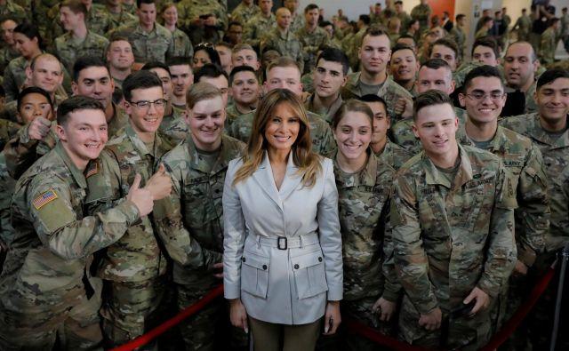 Prva dama ZDA, Melania Trump, pozira z ameriškimi vojaki med obiskom v Fort Braggu. V vojaški bazi v Severni Karolini se je sestala z vojaki in njihovimi družinami. Foto Lucas Jackson Reuters