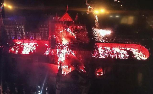 Pogled od zgoraj na požar, ki je uničeval stoletja zgodovine, je bil zelo zgovoren. FOTO: AFP