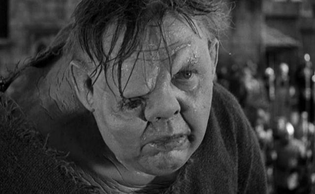 V prvi filmski upodobitvi Hugojeve klasike iz leta 1939 je vlogo grbavega zvonarja igral Charles Laughton, ob njem je bila lepotica starega Hollywooda Maureen O'Hara. FOTO: promocijsko gradivo