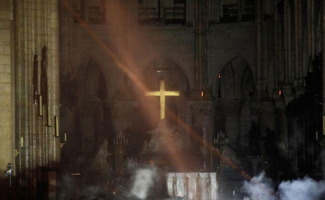 Križ nad oltarjem še vedno stoji in oddaja zlati sijaj. FOTO: Philippe Wojazer/Reuters