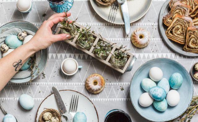modra jajca, velikonočni pogrinjek, potica Foto Sonja Ravbar