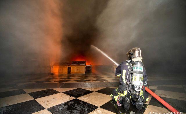 Pariški gasilci v akciji med požarom v Notre Dame. FOTO: Reuters
