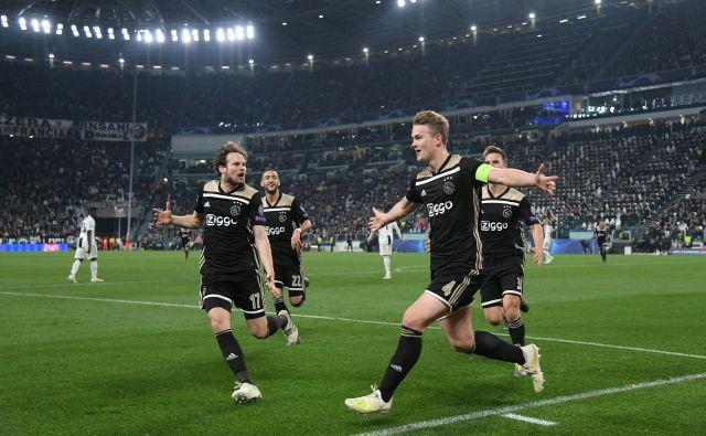 Mešanica mladosti in izkušenj: takole sta se veselila gola Ajaxa komaj 19-letni kapetan Matthijs de Ligt (desno) in deset let starejši Daley Blind. FOTO: Reuters