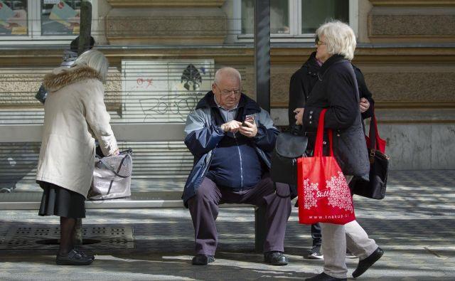 Med aktivnimi uživalci pokojnin je bila ta z znižanjem iz različnih razlogov odmerjena 7506 upokojencem. FOTO: Jože Suhadolnik