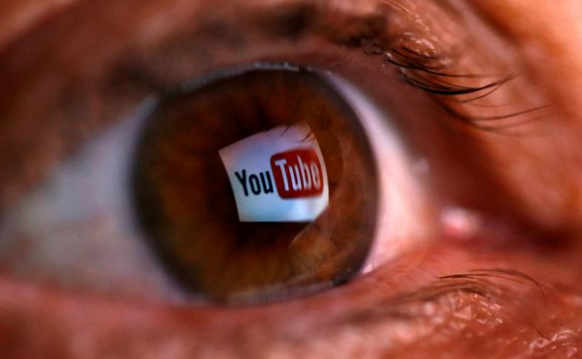 FILE PHOTO: A picture illustration shows a YouTube logo reflected in a person's eye June 18, 2014. The picture was flipped horizontally. REUTERS/Dado Ruvic/Illustration/File photo - RC1430379CA0 Foto Dado Ruvic Reuters