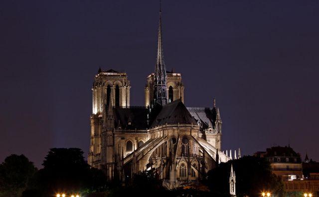 Nočna osvetlitev katedrale Notre Dame. FOTO: Benoit Tessier/Reuters