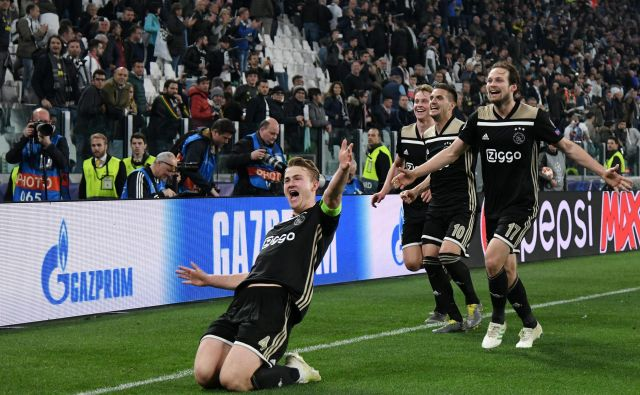 Matthijs de Ligt, Daley Blind in Dušan Tadić so se prešerno veselili obeh golov Ajaxa v Torinu. FOTO: Reuters