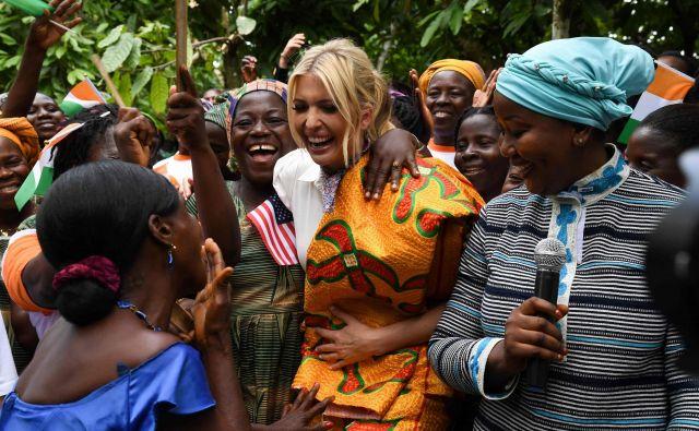 Višja svetovalka ameriškega predsednika Ivanka Trump se je pred začetkom prvega regionalnega vrha za finančno pobudo za ženske podjetnice, družila z ženskami zadružnih proizvajalcev kakava v bližini Adzopeja v afriški državi Slonokoščena obala. Foto Issouf Sanogo Afp