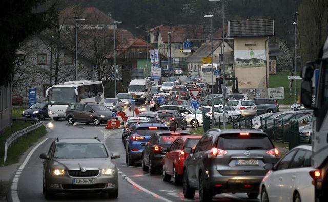 Prometna gneča v jutranjih in popoldanskih prometnih konicah Škofljičane spravlja v obup. Foto Blaž Samec