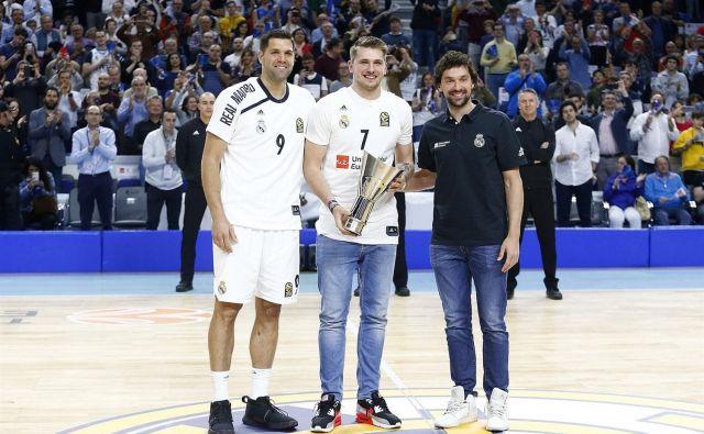 Realova zvezdnika Felipe Reyes (levo) in Sergio Llull (desno) sta izročila spominski pokal Luki Dončiću. FOTO: Euroleague