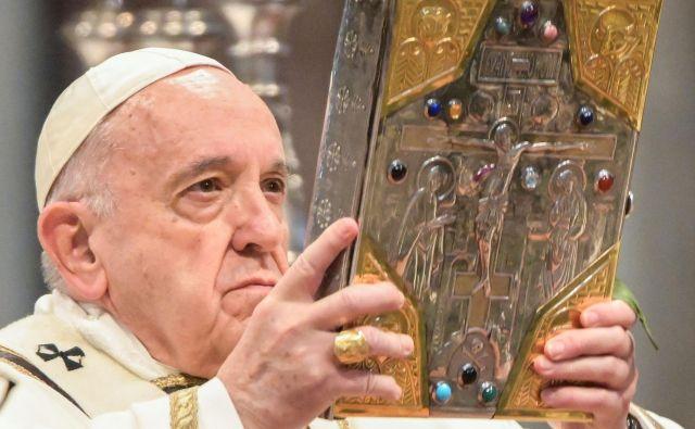 Papež Frančišek bo veliki četrtek, praznik zadnje večerje, praznoval v zaporu blizu Rima, kjer bo maševal in opravil obred umivanja nog. Že dopoldne pa je v baziliki sv. Petra daroval krizmeno mašo. FOTO: Vincenzo Pinto/AFP