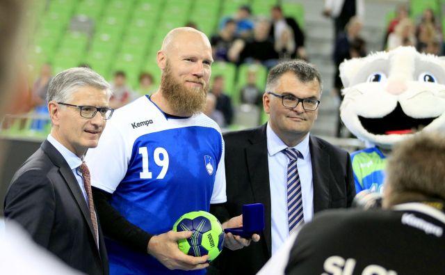 Aleš Pajovič se je oktobra 2017 udeležil tekme legend, v Stožicah sta se mu za prispevek v reprezentanci zahvalila tudi predsednik RZS Franjo Bobinac in generalni sekretar Goran Cvijič. FOTO: Roman Šipić