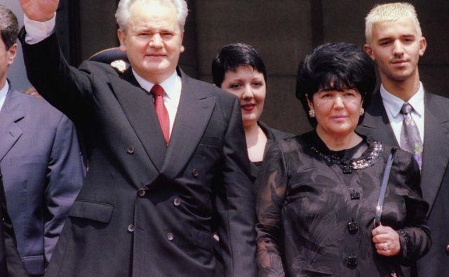 V prvi polovici 90. let 20. stoletja sta bila Slobodan Milošević (na fotografiji levo) in Mirjana Marković (druga z desne, za njima njuna otroka Marko in Marija) glavna na Balkanu. FOTO: Reuters
