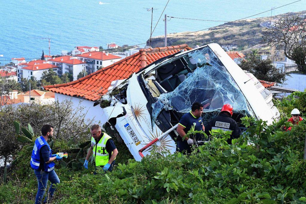 FOTO:V nesreči turističnega avtobusa na Madeiri vsaj 28 mrtvih