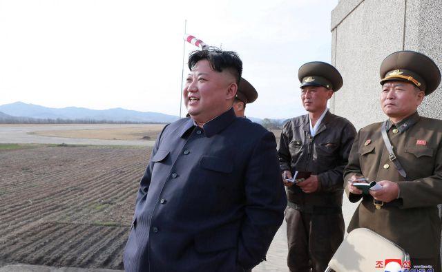 Kim Džong Un je nadzoroval testiranje novega orožja. FOTO: KCNA/Reuters