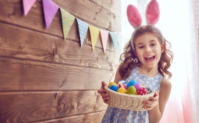 Otroci zelo radi ustvarjajo. Pri barvanju velikonočni jajc jim pustite prosto pot. FOTO: Shutterstock