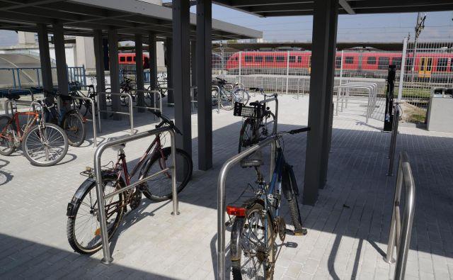 Zgledno urejena kolesarnica pri ljubljanski železniški postaji premore celo steber z orodjem in kompresorjem. Foto: Andrej Krbavčič