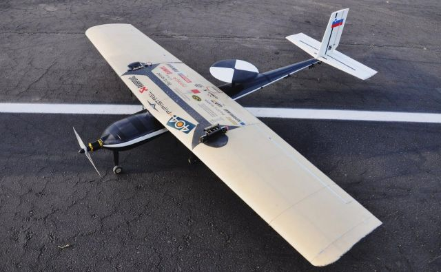 Vodja ekipe Timotej Hofbauer je povedal, da so letalo gradili več kot pol leta in vanj vložili več kot 2000 ur dela. FOTO: Fakulteta za strojništvo UL