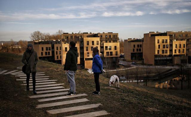 V bližini soseske Zeleni Gaj na Brdu bo republiški stanovanjski sklad (skupaj z mestnim skladom) do leta 2021 zgradil nova najemna stanovanja. FOTO Blaž Samec/Delo