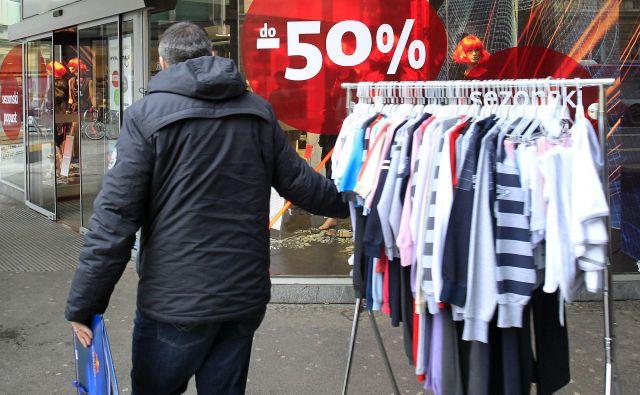 Trgovine so pomnožile predstavitve novih kolekcij oblačil, ki so tako modna krajši čas. FOTO: Leon Vidic/Delo