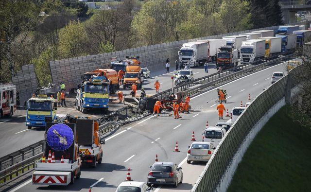 V prometni nesreči, ki se je zgodila na dolenjski avtocesti pri Šmarju Sap, se je po prvih podatkih policistov prevrnilo tovorno vozilo. FOTO: Uroš Hočevar