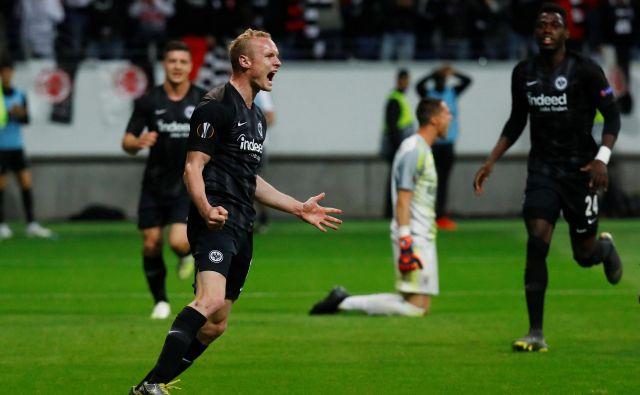 Veselju nogometašev iz Frankfurta ni bilo konca, tako je slavil strelec drugega gola Sebastian Rode. FOTO Reuters