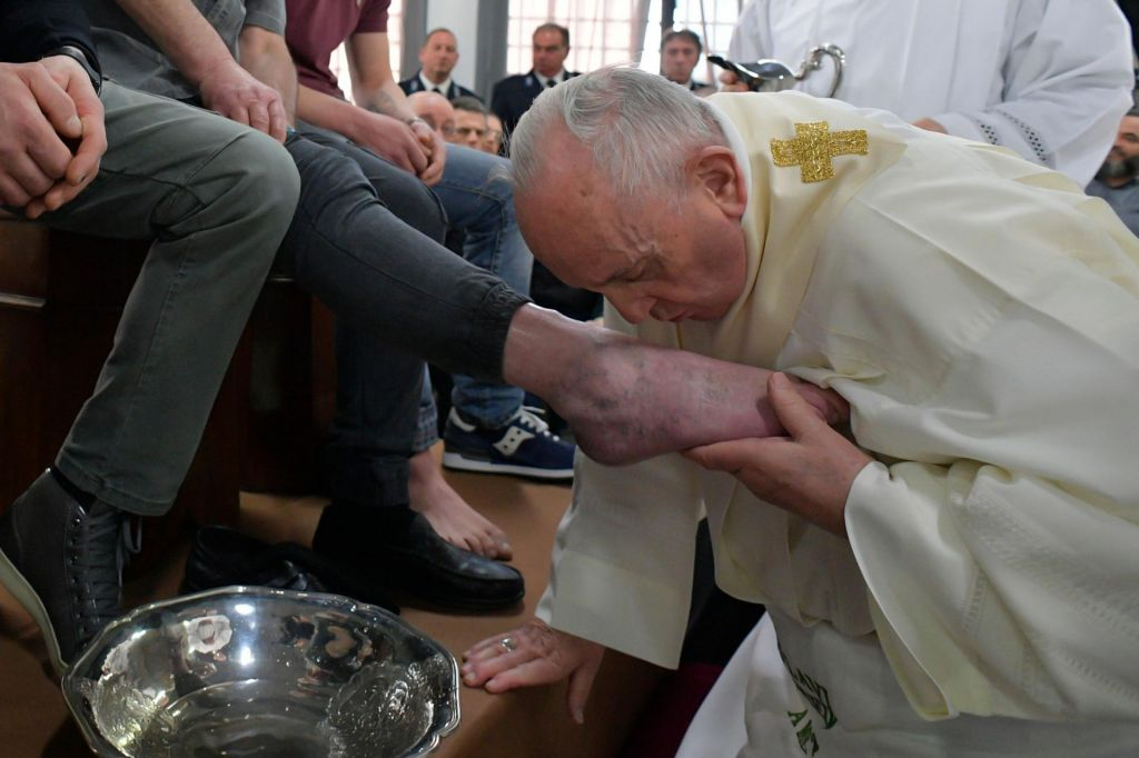 Papež dvanajstim zapornikom umil noge