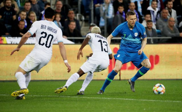 Slovenski reprezentant Josip Iličić igra v majici Atalante rahlo načet, toda tudi v takšnem položaju je med najboljšimi na igrišču. FOTO: Reuters