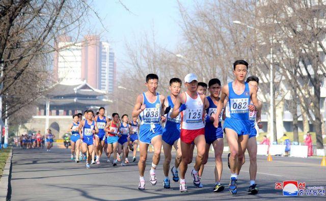 Letos je bil maraton v Pjongjangu še posebej dobro obiskan. FOTO: Reuters
