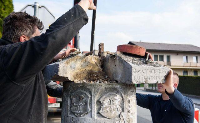 Precej poškodovan rimski miljnik je potreben temeljite obnove. FOTO: Gašper Stopar