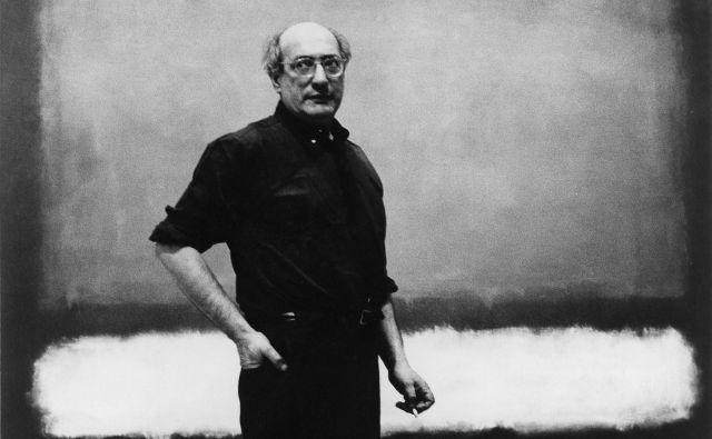 Težnja k transcendenci in platoničnemu idealu se je v Rothkovem opusu udejanjila bolj kot pri njegovih sodobnikih. Mark Rothko pred sliko <em>Št. 7</em>, 1960. Foto Regina Bogat in © Kate Rothko Prizel in Christopher Rothko