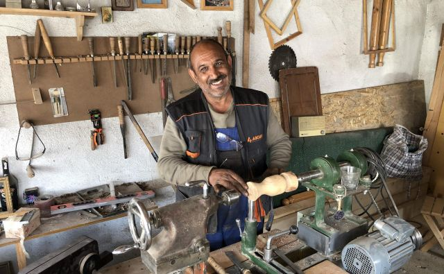 Berul Recip Topal je ves dan v delavnici, samo priti je treba tja. FOTO: Aljaž Vrabec