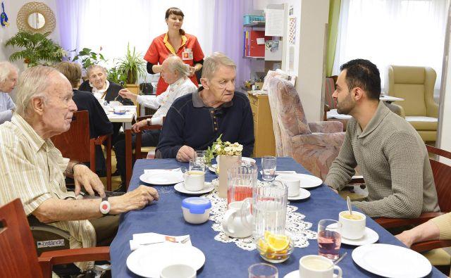 V zameno za ugodno najemnino se študentje 20 ur na mesec družijo s stanovalci domov za starejše. Foto Alexandra Kromus/Pid