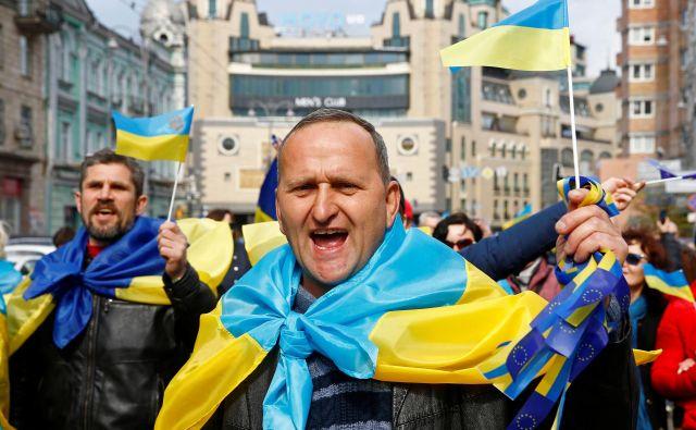 Porošenkovi podporniki še naprej obtožujejo Zelenskega, da je »proruski« kandidat. Foto Reuters