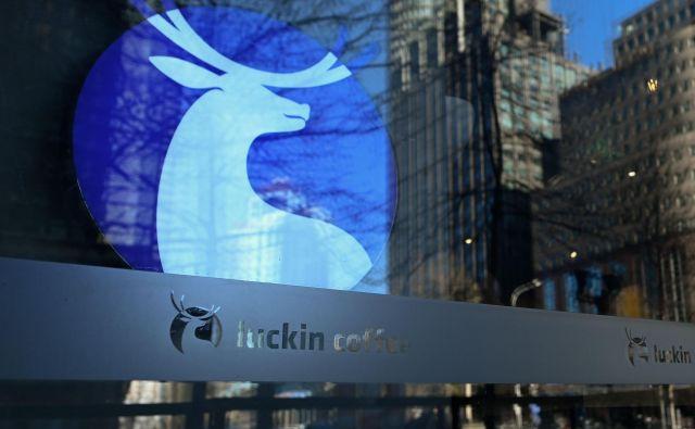 Luckin Coffee ima 2370 prodajaln v 28 kitajskih mestih, načrtuje jih še 2500, aStarbucks je na kitajskem trgu večji od njega. FOTO AFP