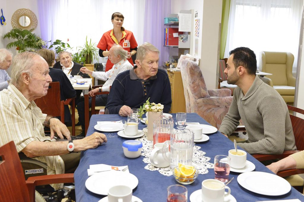 Študenti v domovih za starejše