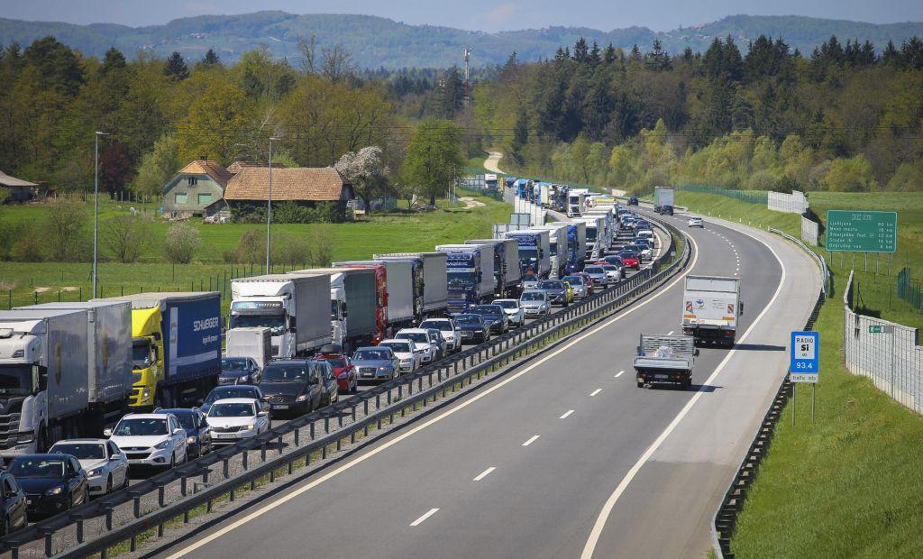 Glavna cesta Trbovlje-Hrastnik zaprta zaradi prometne nesreče
