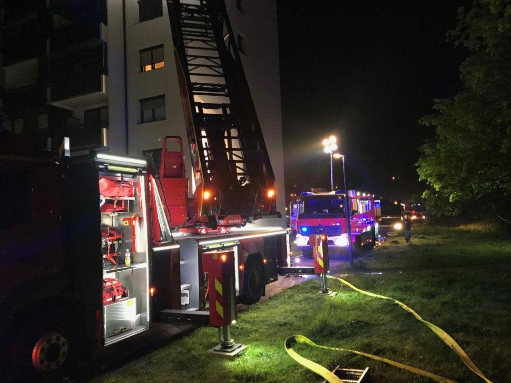 V večstanovanjski hiši evakuirali 93 ljudi, trije so potrebovali zdravniško oskrbo